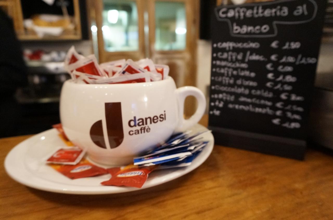 이탈리아 커피는 설탕과 함께! 이탈리아의 모든 바에는 설탕이 수북이 쌓여있다. 취향에 따라 설탕의 종류를 고를 수도 있다.