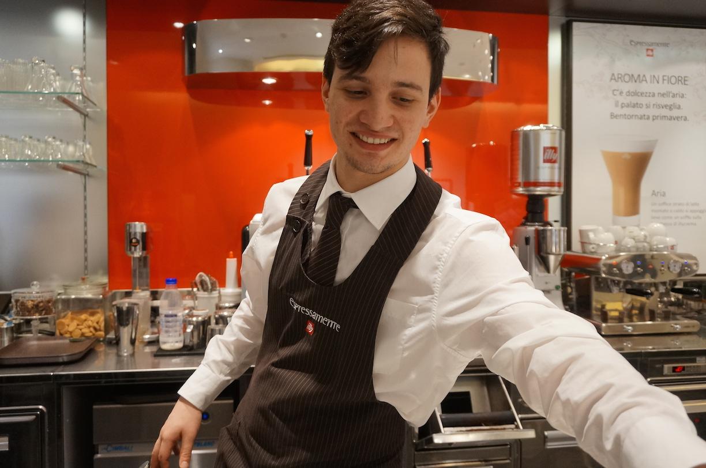 친절한 이탈리아의 바리스타 이탈리아의 바리스타들은 '바'에서 커피를 마시는 손님들과 안부를 주고 받고 대화를 나눈다. 대다수 바리스타들은 훈훈한 외모를 자랑한다.