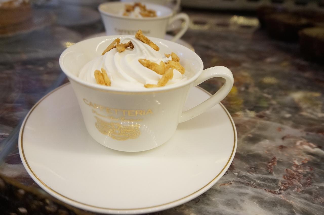에스프레소 콘 판나 에스프레소를 의미하는 카페 위에 달콤한 생크림을 얹은 커피