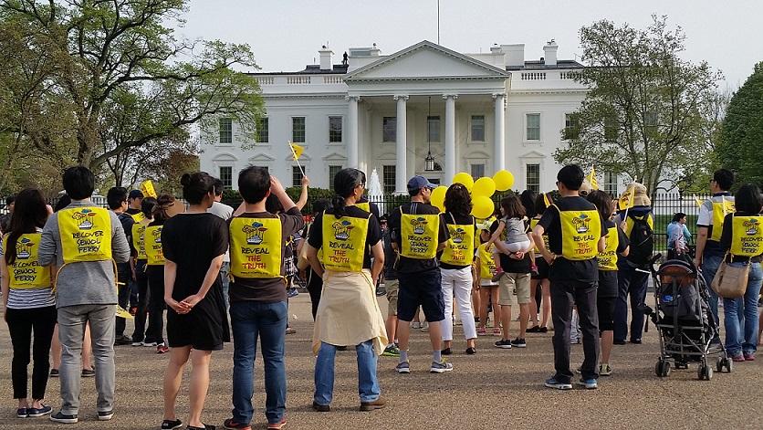 세월호 참사 1년 워싱턴 행사 링컨광장에서 백악관 까지 도보행진후 집회 폐회식을 하고 있다.