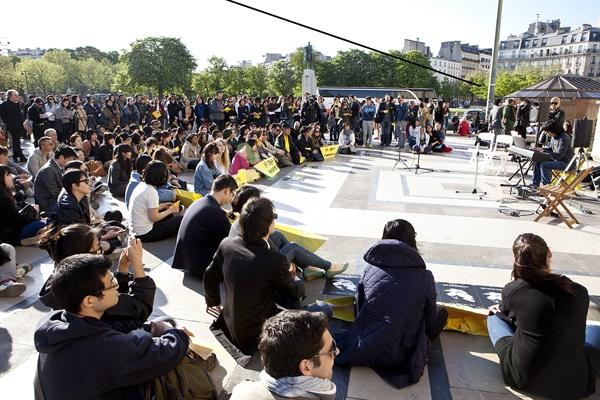 프랑스 파리 트로카데로 인권광장에서 세월호 참사 1주기 추모행사가 열렸다.