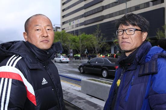 영석아빠(좌)와 최창덕님 4월 16일 세월호1주기 집회장에서 영석아빠와 함께하고 있다.