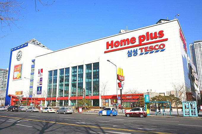 홈플러스는 경품행사로 위장하여 고객 개인정보를 불법수집하여 보험회사에 판매하였고, 기존 회원정보마저 동의절차를 거치지 않고 보험회사에 판매하였다.