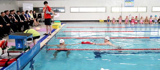 23일 예산학생수영장에서 열린 '예산 학생 생존수영 습득 선포의 날' 행사에서 전문가들이 익수자 인명구조 시범을 보이고 있다.
