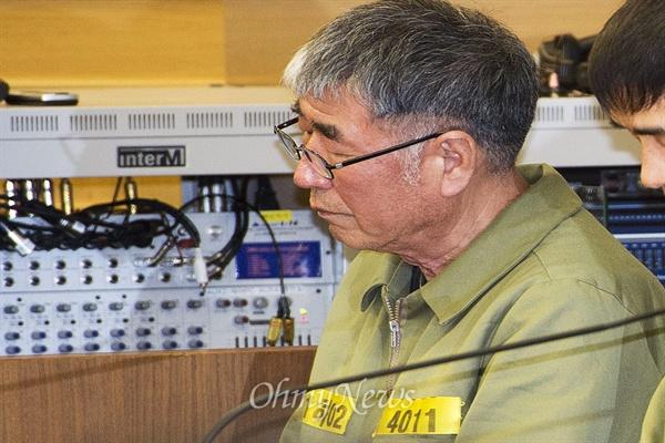 세월호 승무원에 대한 항소심 선고공판이 열린 28일 오전 광주고등법원 201호 법정에서 이준석 선장이 선고가 내려지길 기다리고 있다.