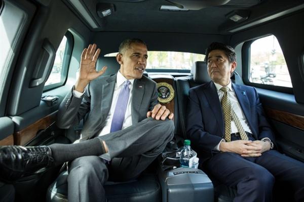 4월 27일 버락 오바마 미국 대통령과 아베 신조 일본 총리가 링컨 기념관 방문차 동행하고 있다.