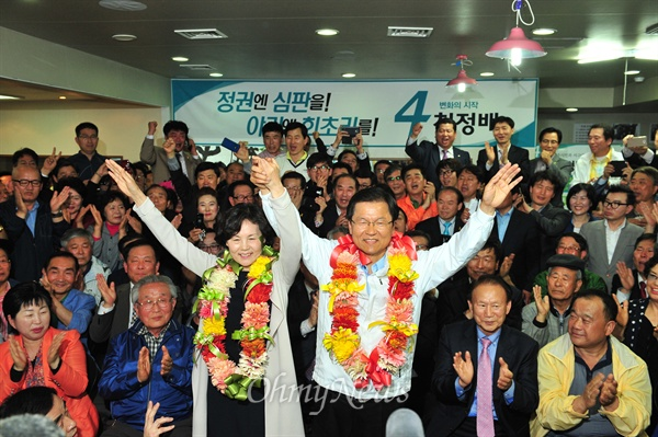 4·29재보선 광주 서을 국회의원 선거에서 당선된 천정배 무소속 후보가 당선 확정 직후 자신의 선거사무소에서 지지자들과 환호하고 있다.