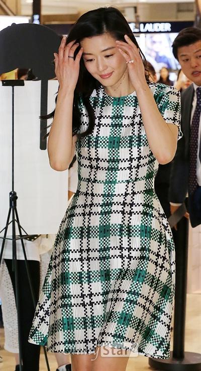 을지로 뜬 전지현, '니 하오 마' 배우 전지현이 4일 오후 서울 명동의 한 백화점에서 열린 쥬얼리브랜드 디디에두보가 개최한 아트북 <몽 파리> 출간 기념행사에서 무대 위로 오르고 있다.