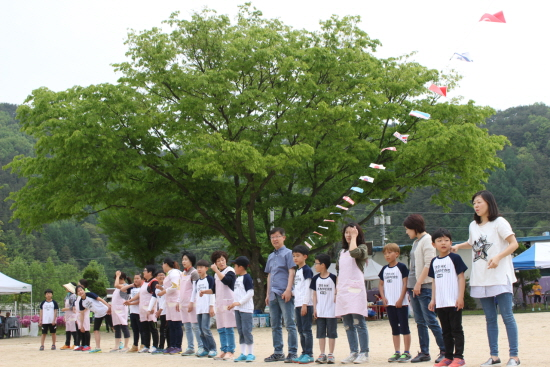 아이와 주민이 함께 어우러진 경기모습. 즐거움과 긴장이 섞였다