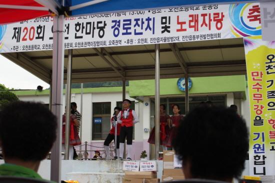 어린학생들의 공연을 마을주민들이 흥겹게 바라보고 있다