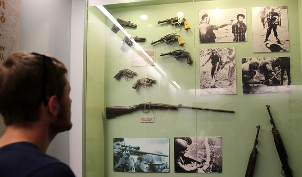68년 뗏(구정) 공세 당시 사이공 경찰국장 응웬 녹 로안이 베트콩 장교를 노상에서 권총으로 사살하는 장면은 전세계의 반전 여론에 즉각적 반향을 불러일으켰다. 1968년 퓰리처상 수상작인 이 사진은 베트남전에서 노획한 총기들과 함께 전시돼 있다.
