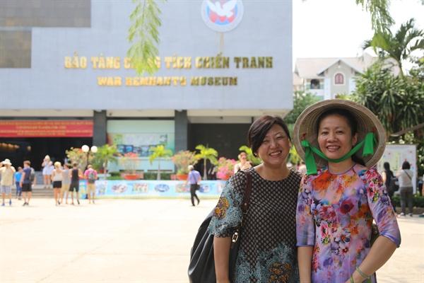 호찌민 시내의 전쟁증적기념관 앞에 선 구수정 박사(왼쪽)와 박물관 관계자. 구수정 박사는 유학생 시절인 1999년 참전군인들의 무용담으로만 전해온 베트남전에서의 한국군 민간인 학살 사실을 처음 발굴해 공론의 장으로 끌어냈다.