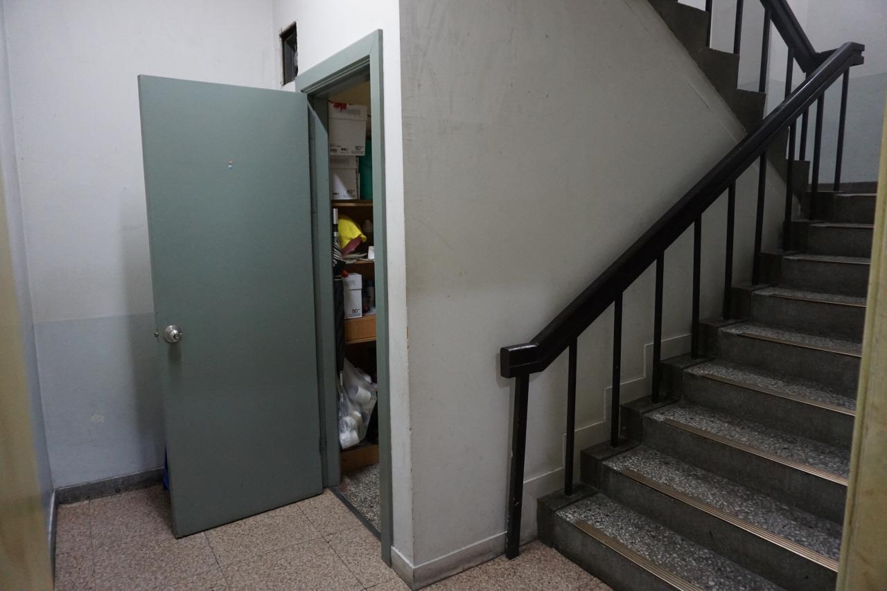 광운대 중앙도서관에 있는 청소노동자들의 휴게실은 1층 계단 밑에 있다. 외관만 보면, 창고처럼 느껴지는 공간이다.