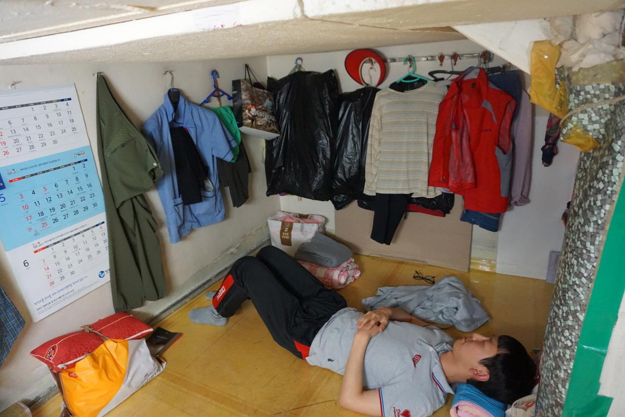 2평 남짓의 공간에서 5명의 청소노동자들이 옹기종기 쉰다. 성인 남성 두세 명이 누우면 꽉 차는 공간이다. 사진은 내가 잠깐 쉬려고 누워 있는 모습이다. 다리를 쭉 펴지 못할 정도로 휴게실이 좁다.