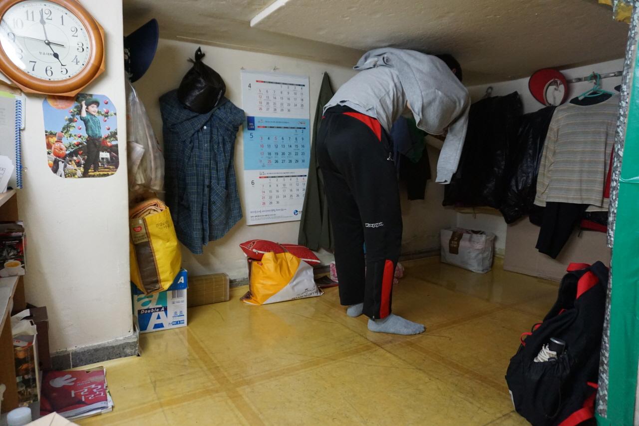 청소노동자들은 자신의 키보다 낮은 공간에서 근무복을 갈아입는다. 내가 휴게실에서 겉옷을 입는 장면이다.