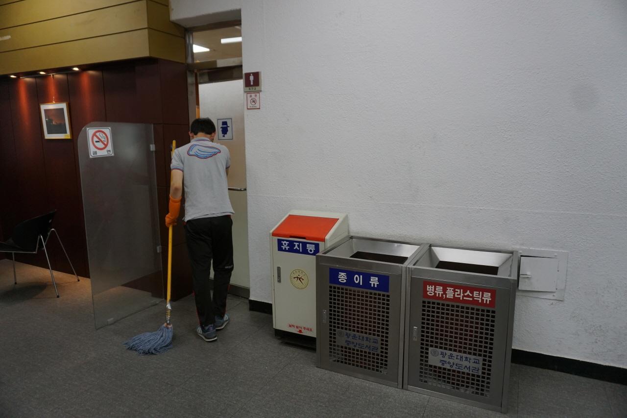 내 사수인 임효선 씨를 따라 청소를 했다. 내가 2층 남자화장실로 들어가는 모습이다.