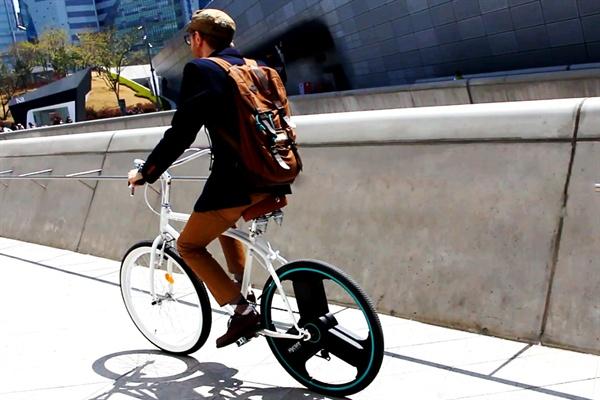 국내 벤처기업인 하이코어에서 개발한 '센티넬 휠'은 자전거 뒷바퀴 안에 전기 구동에 필요한 부품과 배터리를 내장한 '올인원 바퀴'로 기존 일반 자전거를 전기 자전거로 변신시킨다.
