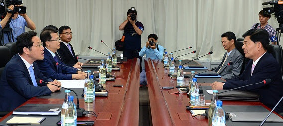 개성공단 남북공동위원회 5차 회의 2014년 6월 26일 개성공단 5차 남북공동위원회 전체회의 모습. 이후 개성공다 공동위원회 회의는 북한의 거부로 개최조차 되지 못하고 있다.