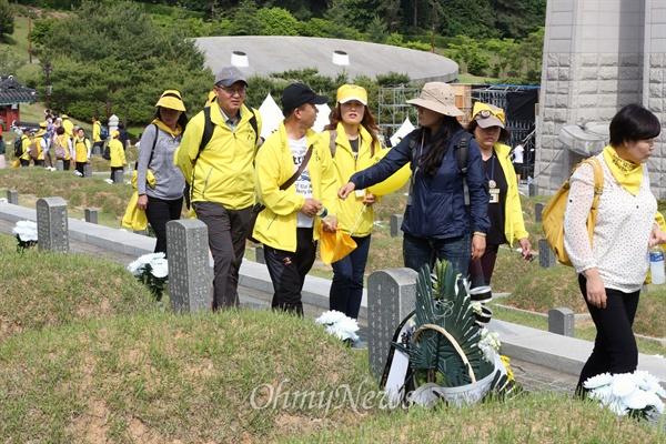 세월호 가족, 국립 5.18 민주묘지 방문 5.18 민주화운동 35주년을 하루 앞둔 17일 세월호 참사 희생자 유가족들이 광주 북구 운정동 국립 5·18 민주묘지를 찾아 참배 후 둘러보고 있다.