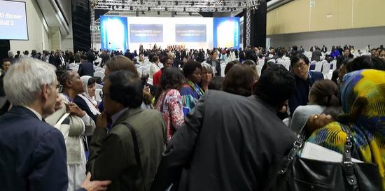 세계교육포럼 한국교육발전 전체회의에서 문아영 대표가 발언을 끝나친 뒤 외국대표들이 문 대표를 만나기 위해 모여들고 있다.