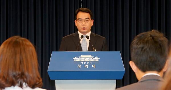 김성우 홍보수석이 21일 청와대 춘추관에서 박근혜 대통령이 새 국무총리 후보자에 황교안 법무부 장관(58)을 지명했다고 발표하고 있다.