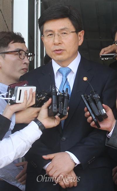 신임 국무총리에 내정된 황교안 신임 국무총리에 내정된 황교안 법무부 장관이 21일 오후 정부과천청사에서 점심 식사를 하기 위해 청사를 나서며 기자들의 질문에 답하고 있다.
