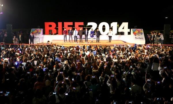 19회 부산국제영화제 야외무대 행사에 몰린 관객들