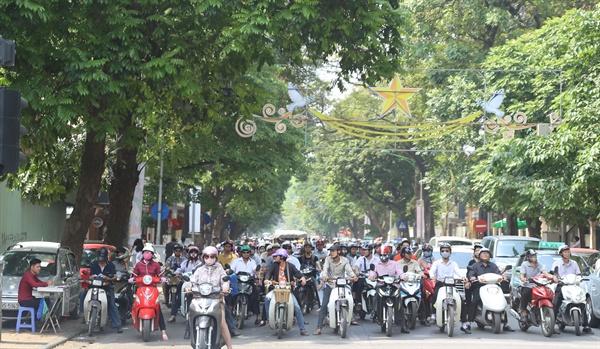 오토바아로 출근하는 하노이의 젊은 남녀들. 베트남 경제의 역동성을 상징한다.
