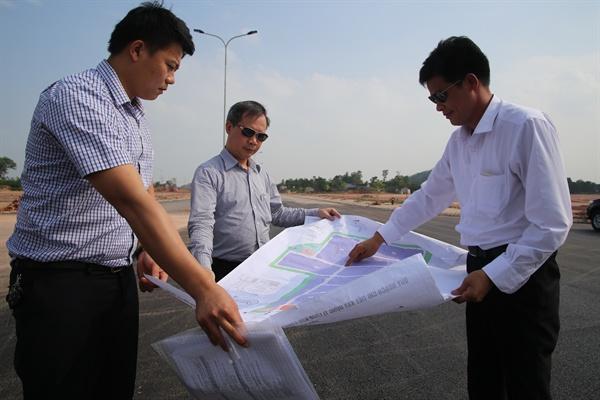 전 만 쿠옹(Phan Manh Cuong) 타이응웬성 공단관리위원장(오른쪽)과 쩐 반 롱(Tran Van Long) 부위원장(가운데)이 삼성전자 휴대폰사업 협력업체들이 입주 예정인 디엠 투이(Diem Thuy) 공단의 공사현장에서 설계도면을 펼쳐보이며 설명하고 있다.