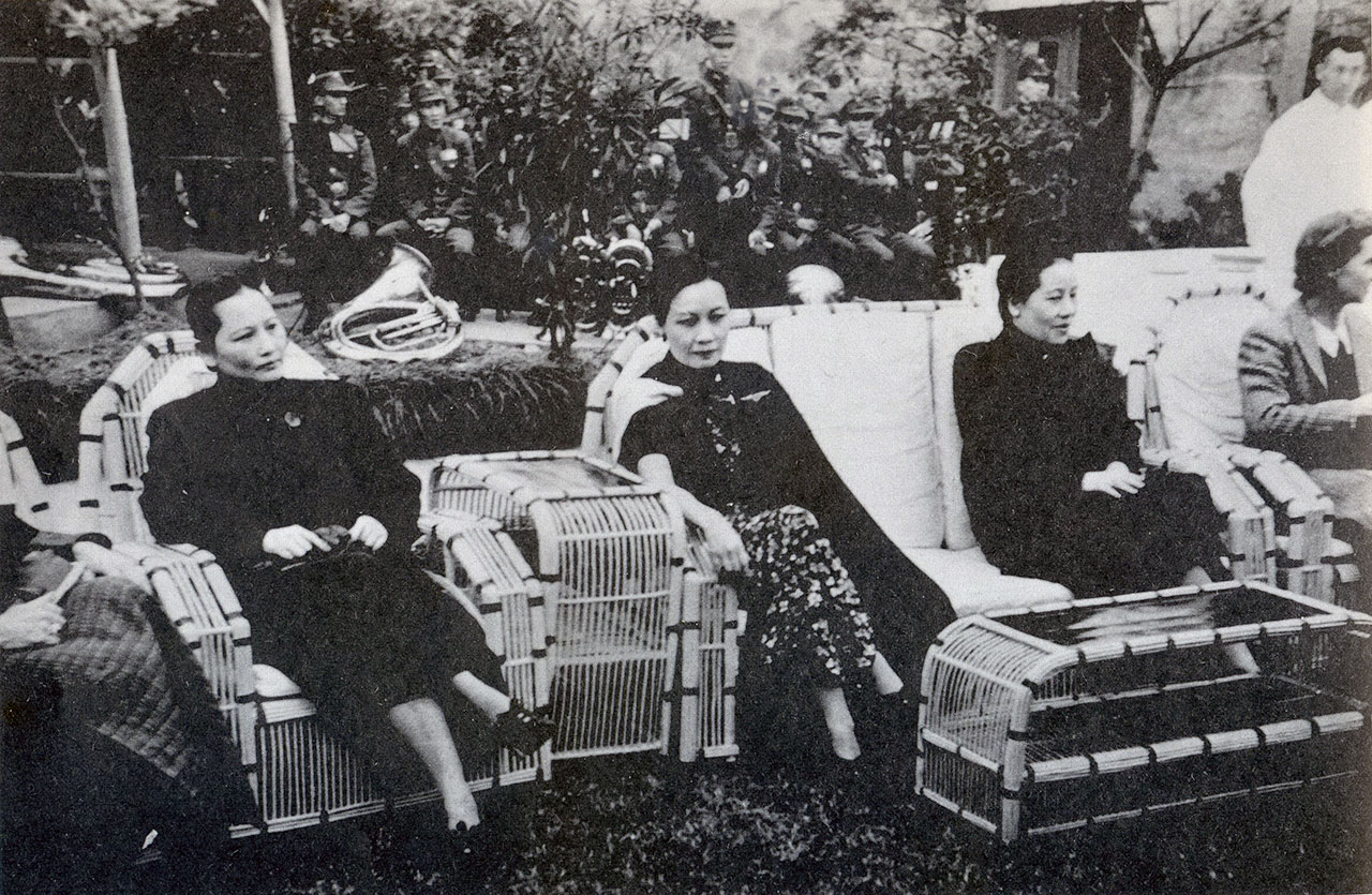 중앙반점 로비에 전시된 사진 속의 송씨 자매들. 왼쪽부터 메이링, 아이링, 칭링. 이들은 각각 장제스, 공샹시, 쑨원과 결혼했다.