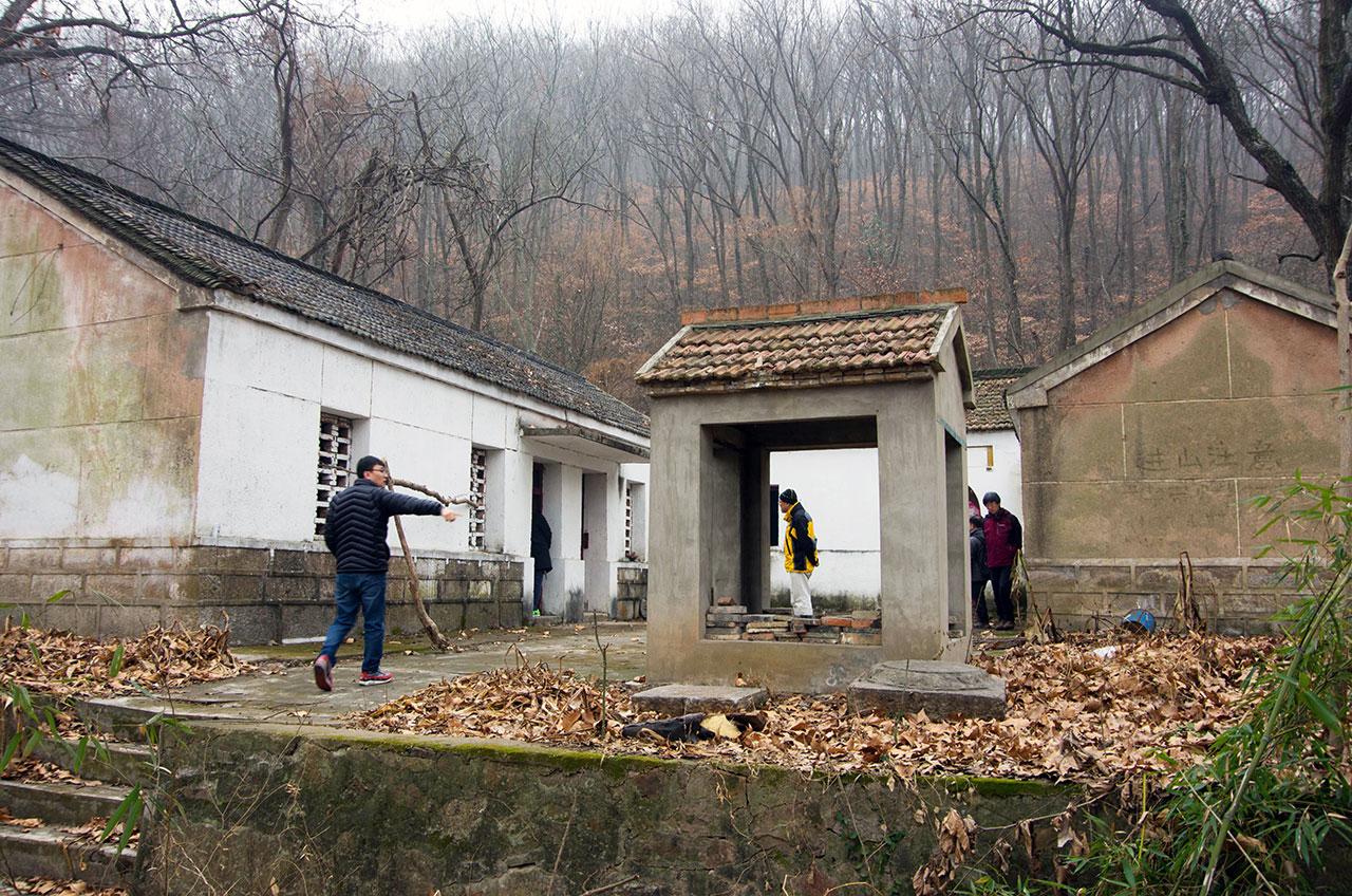 조선혁명군사정치간부학교 제3기가 훈련받았던 황룡산의 도교사원 '천녕사'. 찾는 이 없어 낡고 허물어진 옛터에 80년 전의 자취는 남아 있지 않았다.