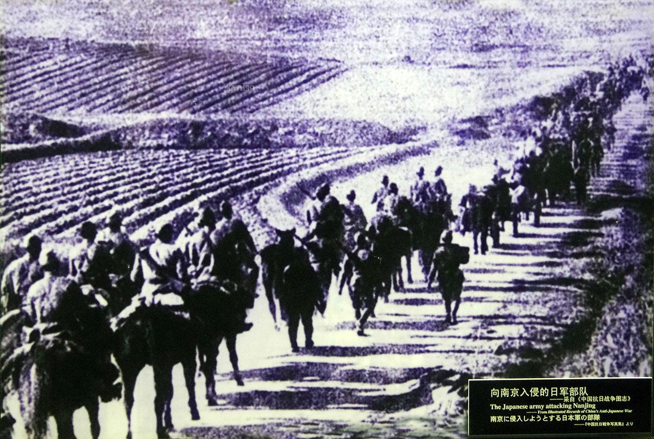 난징으로 향하고 있는 일본군들. 일본군은 1937년 12월 13일 난징을 점령하고 아시아의 홀로코스트로 불리는 대학살을 자행했다.