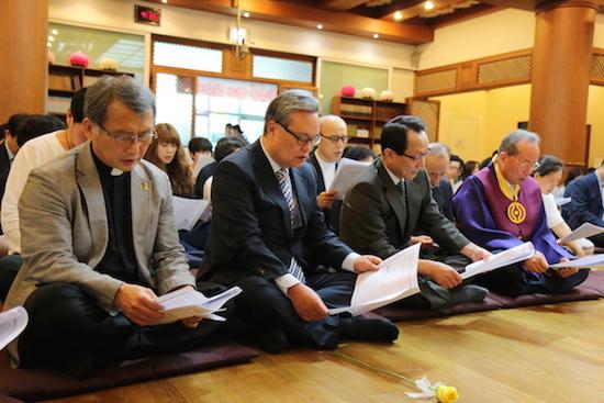 부처님오신날 신부, 목사, 교령, 수녀 등 부천님오신날을 맞이하여 한자리에 모인 이웃종교인들
