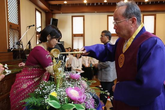부처님오신날 욕불의식을 하고 있는 천도교 박남수 교령