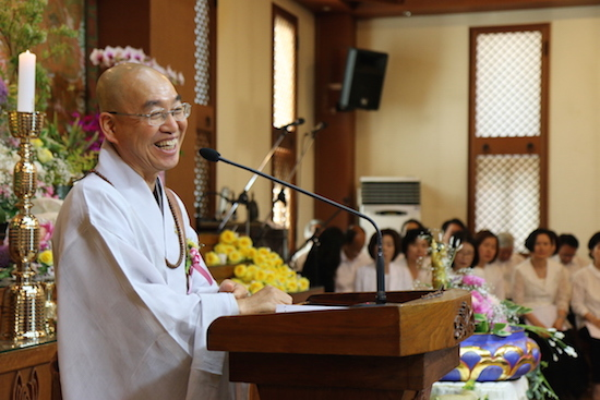 법륜스님 불기 2559년 부처님오신날을 맞이하여 이웃종교인, 사회인사들을 한자리에 모아 인사말을 하고 있는 법륜 스님