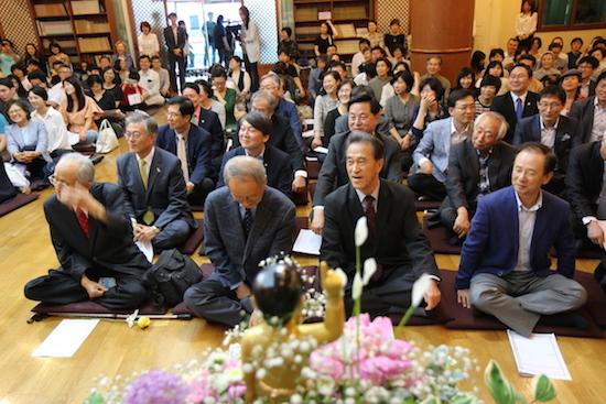 부처님오신날 정토회 봉축법요식에 참석한 정치인, 사회인사들이 웃음을 터뜨리고 있다.