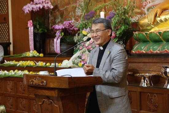 부처님오신날 봉축 기념법문을 하고 있는 쑥고개 성당 김홍진 신부