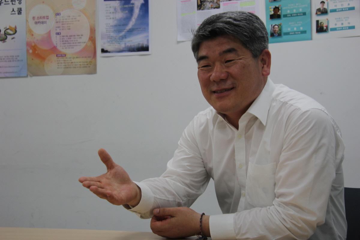 김진향 카이스트 미래전략대학원 연구교수 김진향 카이스트 미래전략대학원 연구교수는 MB정부 시절인, 2008년부터 2011년까지 4년 간 개성공단 관리위원회에서 기업지원부장을 역임했다.