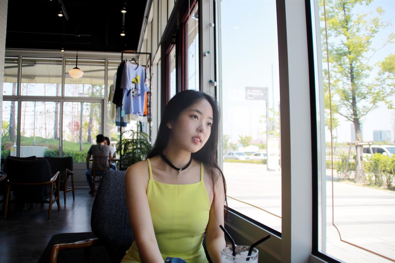 인터뷰 중인 정두리씨  송도의 한 카페에서 정두리씨와 인터뷰를 하고 있다