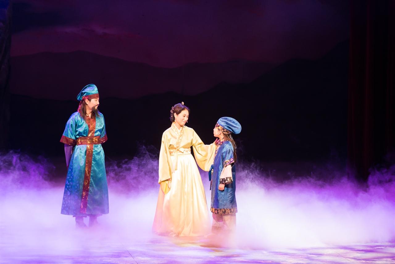 박제상과 그의 아내 그리고 아들 무대에서 공연중인 세 배우