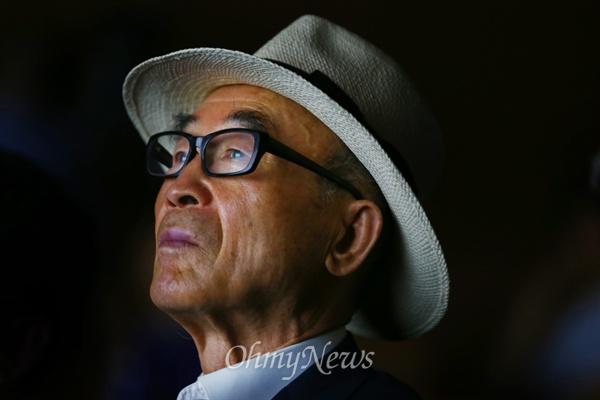 무대 바라보는 시인 고은 고은 시인이 27일 오후 서울 종로구 광화문 교보생명빌딩에서 열린 '광화문글판 25년 맞이 공감콘서트'에 참석해 무대를 바라 보고 있다.