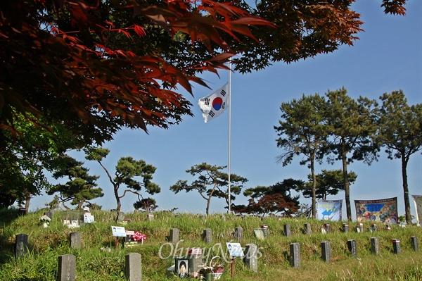 붉게 물든 5.18구묘역 단풍나무 27일 희생자들이 잠들어 있는 5·18구묘역 곳곳엔 일찌감치 불게 물든 단풍나무가 서 있었다.