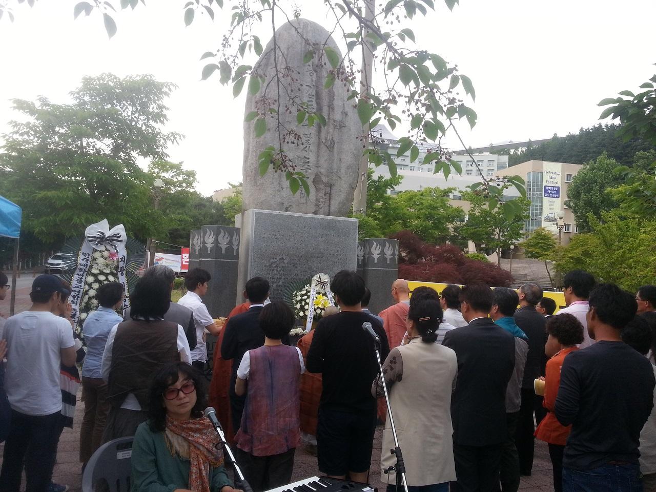 김동수 열사를 기리며 참석자들은 헌화와 분향후에 생명평화걷기명상을 하고 추모비 앞에서 추모노래를 부르며 법회를 마무리 했다.