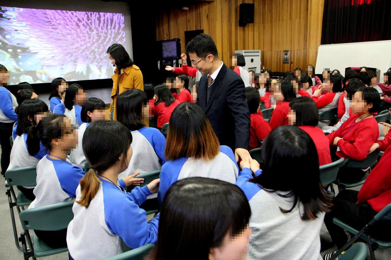 2014년 11월 안양소년원 특강을 마친 천종호 판사가 소녀들의 악수공세에 손을 잡으며 웃고 있다.
