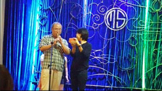 베트남 민요와 아리랑을 피리로 연주하다. 앞은 통역