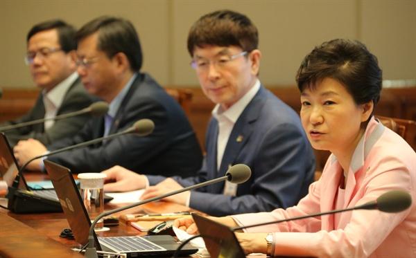 박근혜 대통령이 1일 청와대에서 열린 수석비서관회의에서 국회의 정부 시행령 수정에 대해 강력히 비판하고 있다.