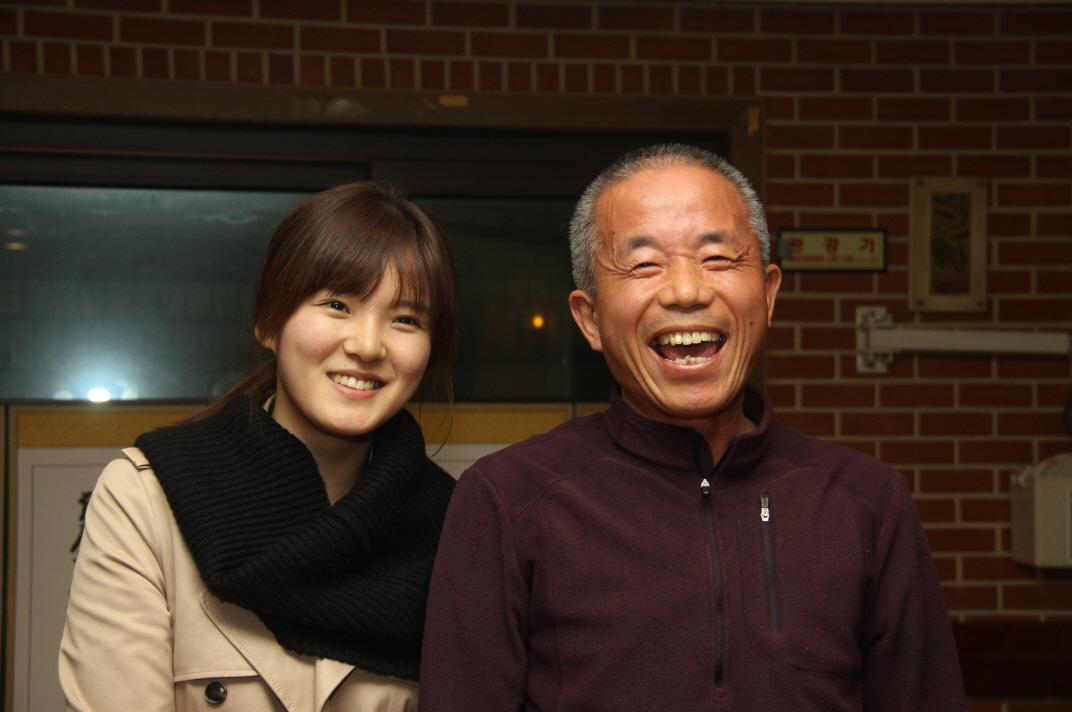 영화 <또하나의 약속> 후원의 밤 오렌지가 찍은 황상기 어르신과 고 황유미 역을 맡은 박희정 배우 사진
