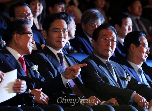 이재용 삼성전자 부회장과 손병두 호암재단 이사장이 2015년 6월 1일 오후 서울 중구 순화동 호암아트홀에서 열린 '2015 호암상 시상식'에서 대화를 나누고 있다.