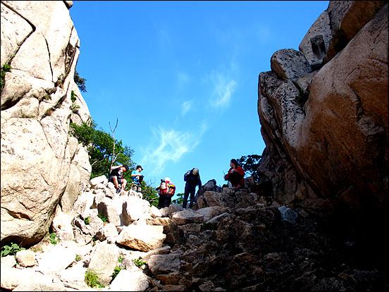 그림 왼쪽은 북한산국립공원 백운대 방면이고 우측은 인수봉 정상에 올랐다 하강하는 지점 언덕이다. 우리 일행은 언덕을 넘어 숨은벽 쪽으로 조금 내려가 우측으로 붙어 인수C길 등반을 한다.