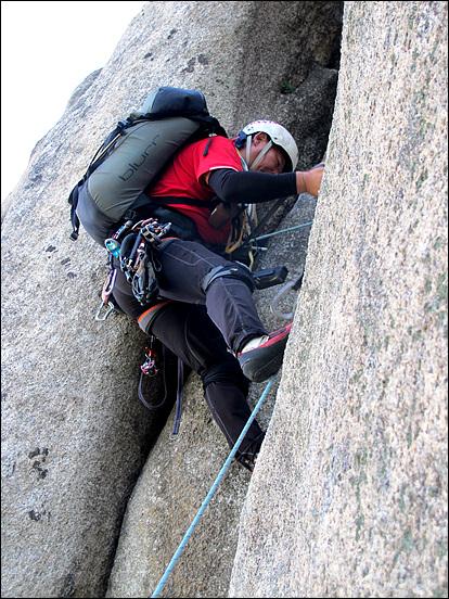 대장 선착순 아우가 선등으로 암벽을 오르고 있는 모습이다. 선등자는 앞에 안전 로프도 없다. 자신이 먼저 오르며 등반에 필요한 안전 장치를 하며 오른다.